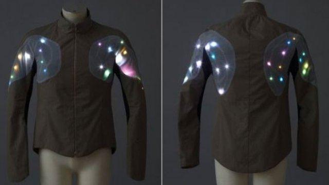Abrigo con LED que puede salvar la vida a los atletas en las calles