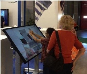 Una pantalla t�ctil gigante para recibir y orientar a sus clientes